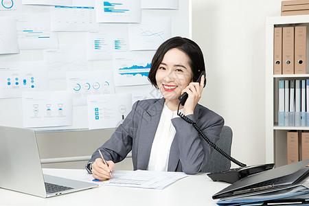 商务女性客服代表接电话图片