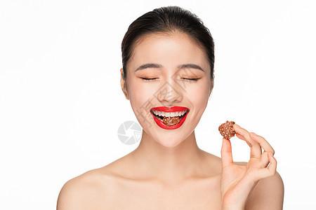 美女吃巧克力图片