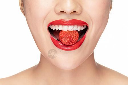 时尚美女吃草莓局部特写图片