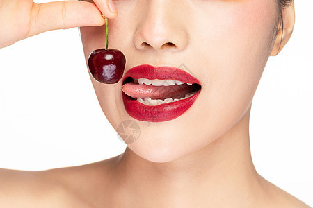 美女嘴巴吃樱桃特写图片