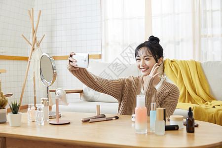年轻女士在家自拍图片