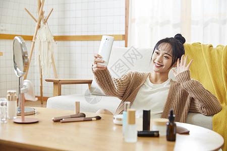 年轻女士在家用手机视频通话图片