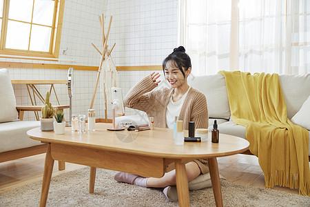 年轻美女在家直播与网友互动图片