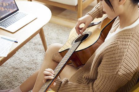 文艺美女在家弹吉他图片