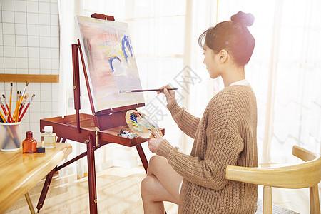 文艺美女在家画油画图片