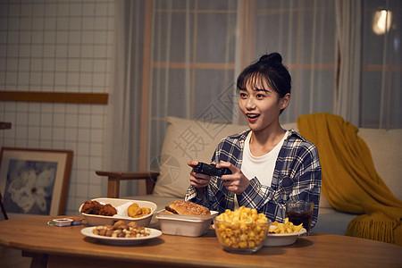 年轻美女在家熬夜打游戏图片