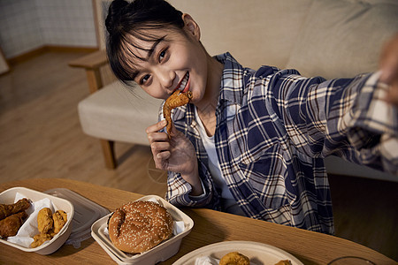 居家女性夜晚在家吃夜宵自拍图片