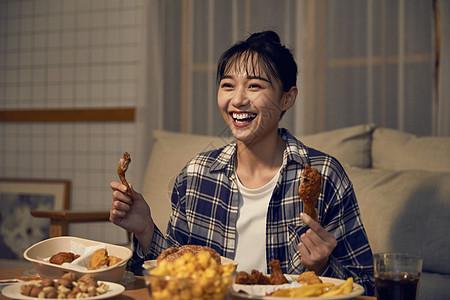 年轻居家女性在家吃外卖开心看剧图片