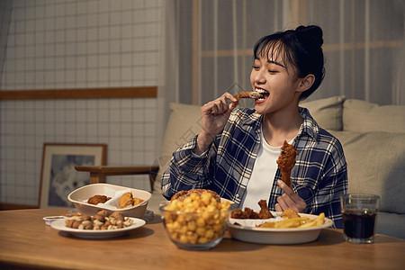 年轻居家女性在家吃外卖图片