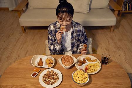 年轻美女在家熬夜吃外卖图片