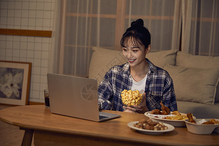 年轻居家女性在家吃外卖看剧图片