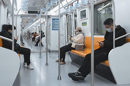 【媒体用图】2020.2.27上海地铁戴口罩出行的人图片