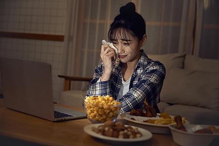 年轻美女在家熬夜看剧哭泣图片