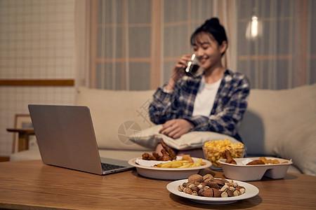 居家女性吃夜宵图片