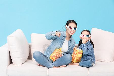 母女宅家看3D电影吃爆米花图片