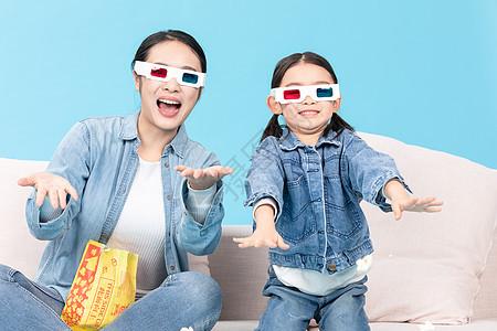 母女宅家看3D电影撒爆米花图片