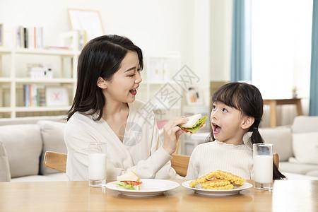 居家母女一起吃早餐图片