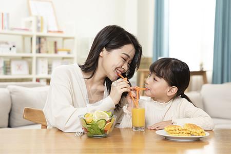 母女居家生活喝橙汁图片
