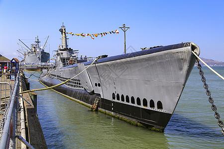 美国旧金山湾渔人码头停靠的退役军舰图片