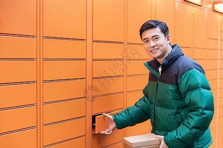 青年男性使用快递柜寄快递图片