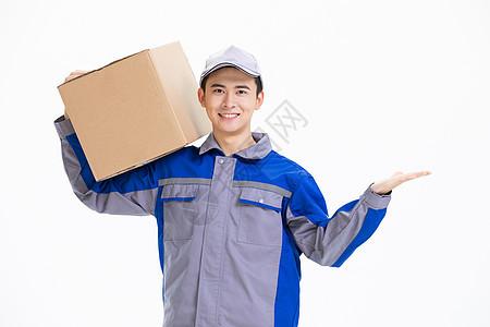 快递服务快递员扛着打包箱图片