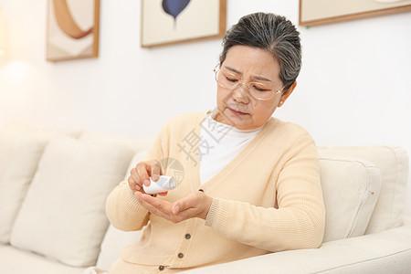 老奶奶坐沙发上吃药图片