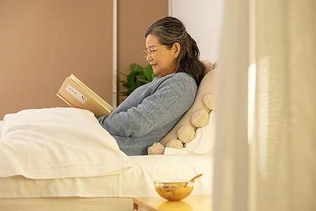 老奶奶睡前看书喝银耳汤图片