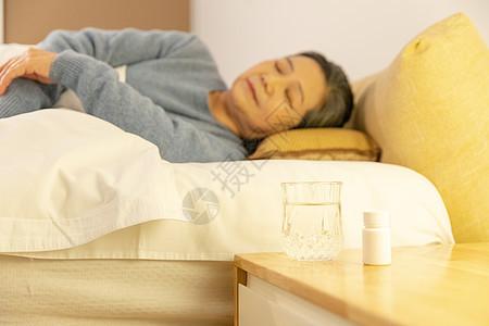 老年人吃药睡觉图片