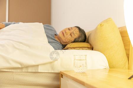 老奶奶晚年睡觉图片