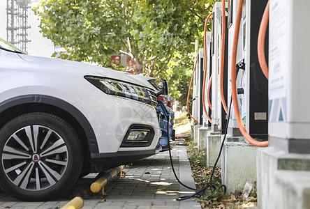 在充电站充电的新能源汽车图片