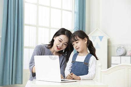 母女在家笔记本电脑上网课图片