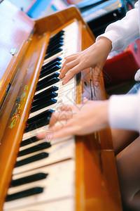 复古风弹钢琴图片
