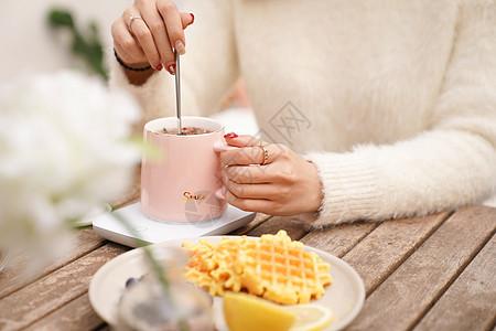 美女搅拌玫瑰花茶图片