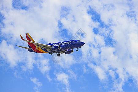 美国航班大型客机飞翔在蓝天白云图片