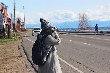 俄罗斯贝加尔湖拍照的美女图片