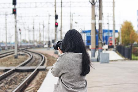 俄罗斯西伯利亚大铁路上的拍照女孩图片