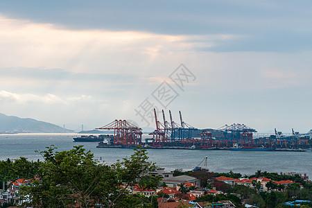 刚出港口的货轮图片