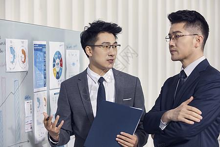 商务人士讨论工作数据图片
