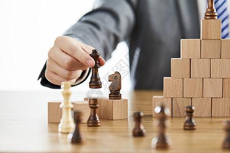 商务男士手拿国际象棋图片