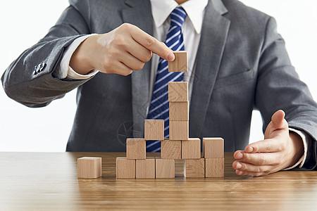 商务男士挑选积木图片