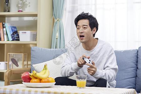 年轻男士在家打游戏图片