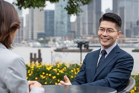 商务男士与商业伙伴洽谈工作图片