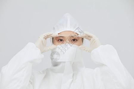穿防护服手持护目镜的医护人员图片