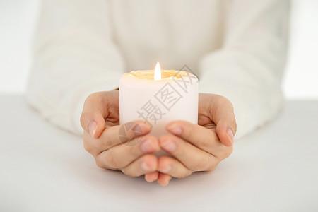 双手捧蜡烛祈福特写图片