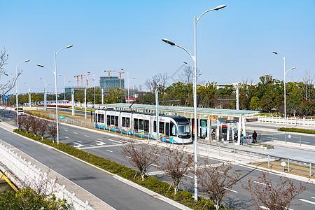 停靠在站台的有轨电车图片