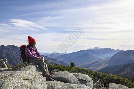 坐在山顶看远方风景的女人图片