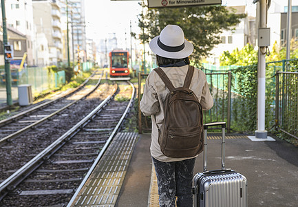 站在车站等候列车的女人背影图片