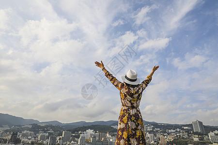 张开双臂拥抱大自然的女人背影图片