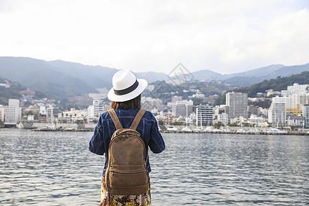 站在河边看风景的女人背影图片
