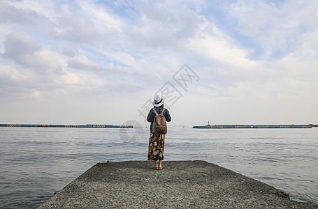 站在海边看远方风景的女人背影图片